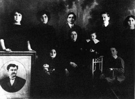 Glytsos family. Photo from Jennie Vlanton's collection of family photo's