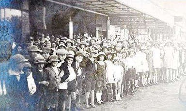 School children line up for the opening of the Saraton Theatre in 1926