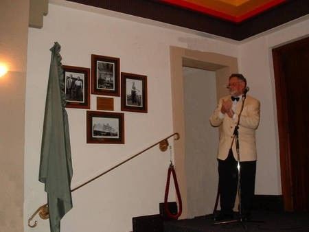 Peter Prineas unveiling photographs of the Roxy, Bingara founders.